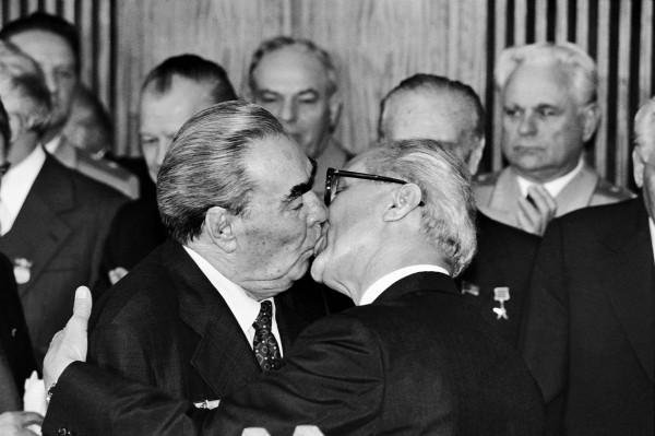 Régis Bossu ''Bruderkuss - Leonid Brezhnev und Erich Honecker am 5. Oktober 1979