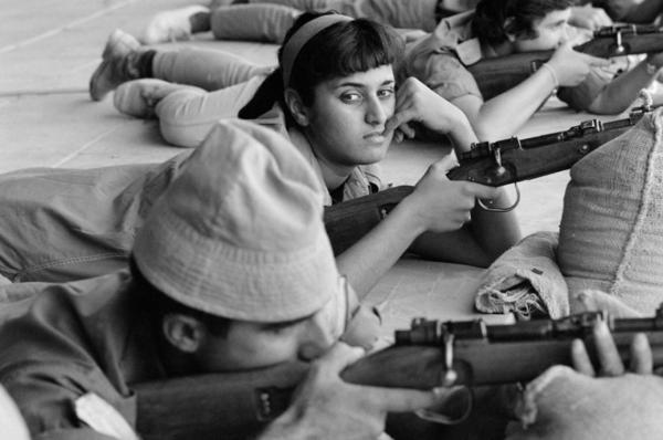 """Michael Friedel """"Schülerinnen, Militärausbildung"""", Wüste Negev, Israel, 1965"""