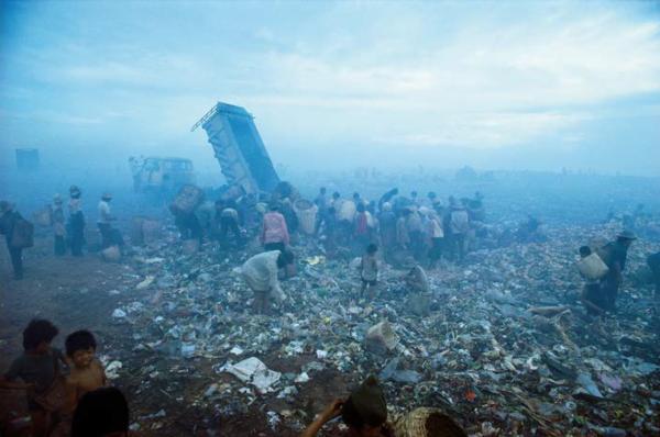 "Michael Friedel ""Müllberg, Tondo, Manila, Philippinen, 1977"""