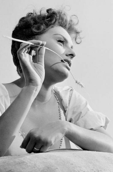"""Michael Friedel """"Sophia Loren, Dreharbeiten zum Film """"Die schöne Müllerin"""", Süditalien, 1955"""