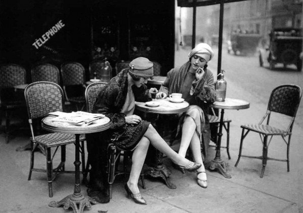 "Postkarte ""Roger Viollet / Maurice Branger - Young women outside of a càfe, Paris, 1925"""