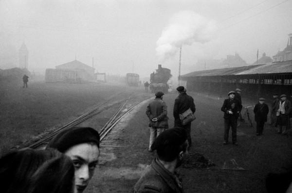 """Werner Bischof """"Arbeitslose an der Bahnstation auf der Suche nach Arbeit"""", Rouen, Frankreich"""