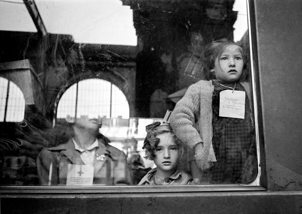 """Werner Bischof """"Kinderzug des Schweizerischen Roten Kreuzes"""", Budapest, Ungarn, 1946"""