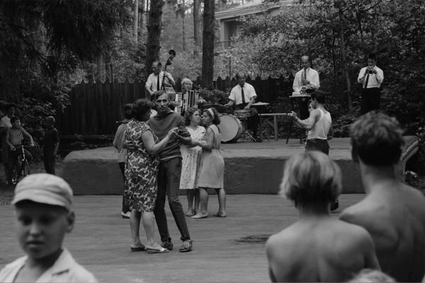 """Michael Friedel """"Wochenende Tanzvergnügen, öffentlicher Park"""", Moskau, Russland, 1964"""