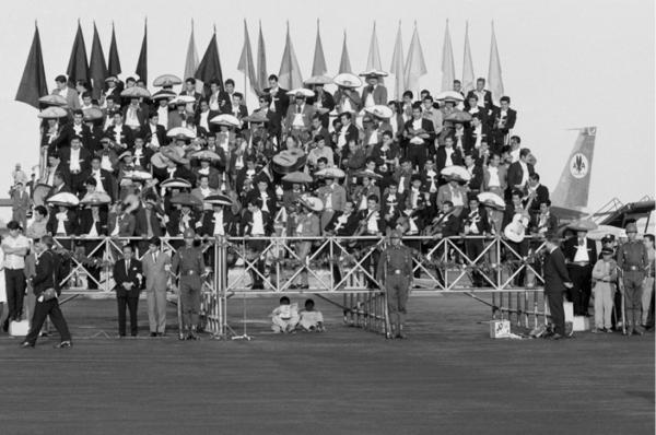 "Michael Friedel ""Mariachi-Begrüßungskapellen Präsident Lübke"", Flughafen Mexico-City, 1966"