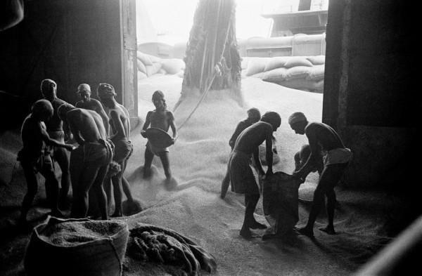 """Werner Bischof """"Im Hafen von Kalkuta"""", Indien, 1951"""