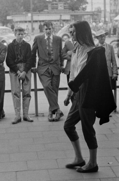 """Michael Friedel """"Spaziergang, Französin CriCri in roter Hose"""", München-Stachus, 1955"""