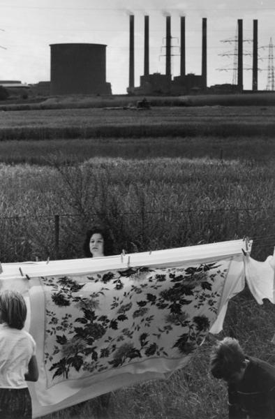 """Michael Friedel """"Waschtag, Einfamilienhaus vor dem Kohlekraftwerk"""", Ruhrgebiet, 1963"""