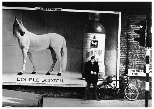 """Postkarte Ernst Leitz Museum """"Jürgen Schadeberg - White horse in Brixton, 1973"""""""
