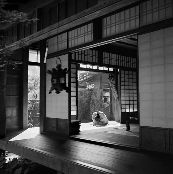 """Werner Bischof """"Schlafender Priester im Ryoanji-Tempel"""", Kyoto, Japan, 1951"""