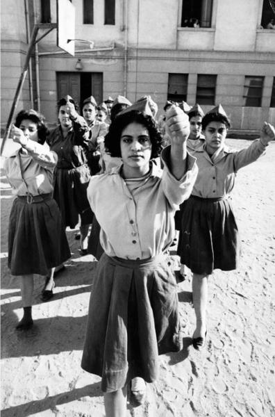 "Michael Friedel ""Schülerinnen, Militärausbildung, Kairo, Ägypten, 1965"""