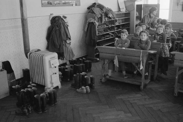 """Michael Friedel """"Gemeinschaftsunterricht im Winter"""", Volksschule Freyung, Niederbayern, 1957"""