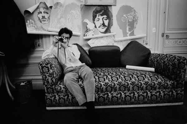 "Michael Friedel ""Richard Avedon, Präsentation Beatles-Plakate, Hotelzimmer"", Paris, 1968"